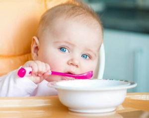 Младенец кушает кашу