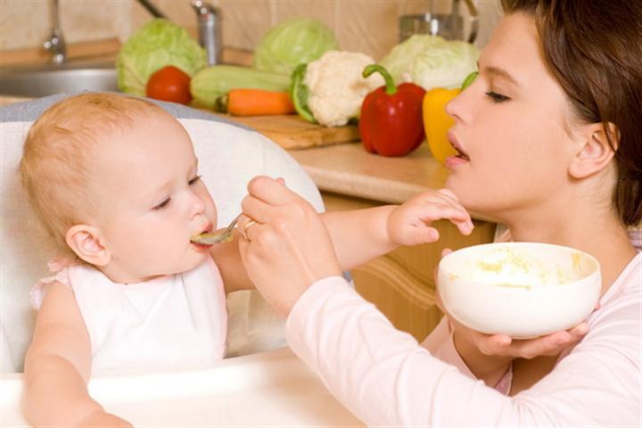 Малыш кушает овсяку