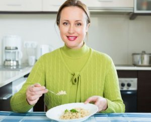 Мама ест рис