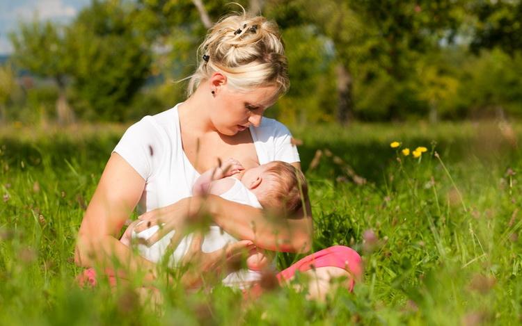 До скольки лет кормить ребенка грудным молоком комаровский